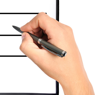 Eine Hand, die einen Stift hält, über einem Fragebogen schwebend